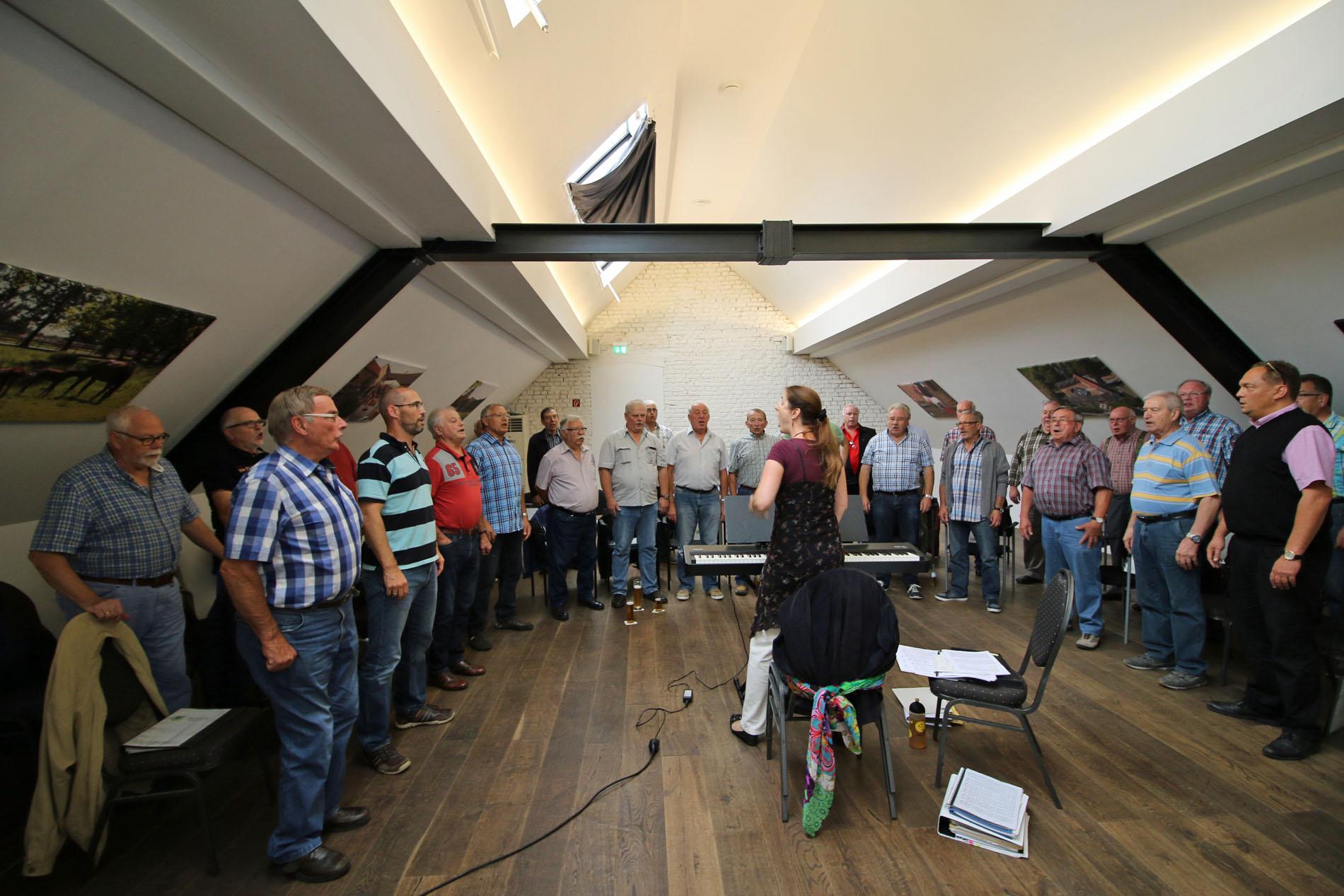 Foto des Jahres 2017 - 2.) Der MGV Quartettverein 1930 Königshoven e. V. probt mit Chorleiterin Daniela Bosenius bei der öffentlichen Chorprobe auf Gut Hohenholz nach der Sommerpause 2017. (Foto: Bastian Schlößer)