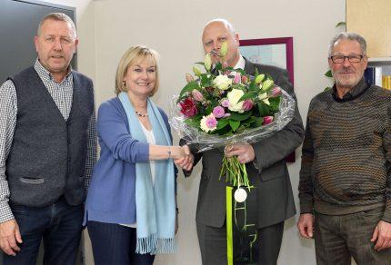 Bei der Ernennung zur Schirmherrin 2018 überreichte Manfred Speuser einen prächtigen Blumenstrauß sowie einen französischen Wein an Frau Dr. Ute Bermann-Klein, Direktorin der Volkshochschule Bergheim. (Foto: Bastian Schlößer)