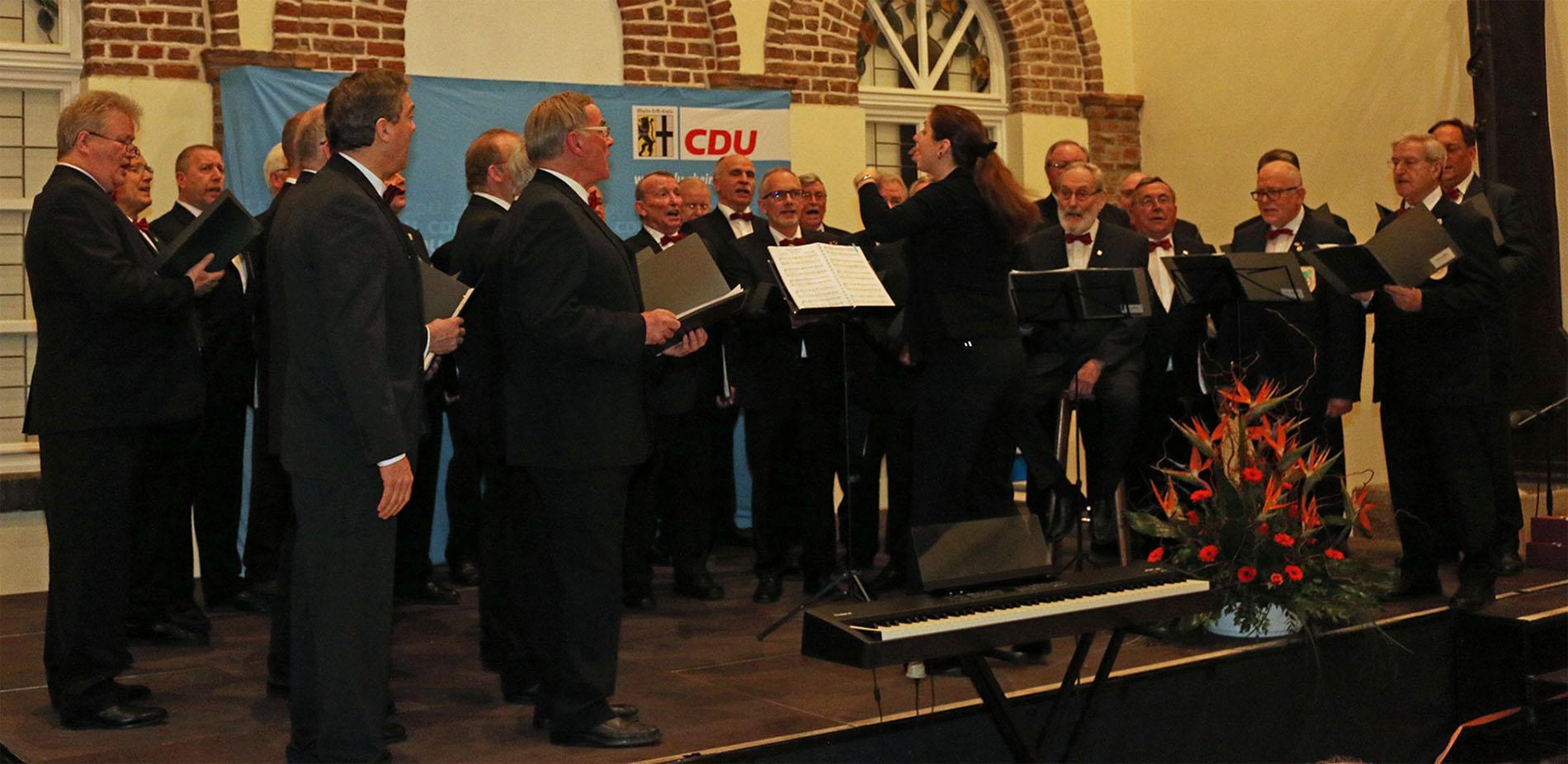 Der MGV Quartettverein 1930 Königshoven e. V. sorgte mit Chorleiterin Daniela Bosenius für die musikalische Gestaltung des Rahmenprogramms beim Neujahrsempfang der CDU Bedburg auf Schloss Bedburg. (Fotos: Bastian Schlößer)