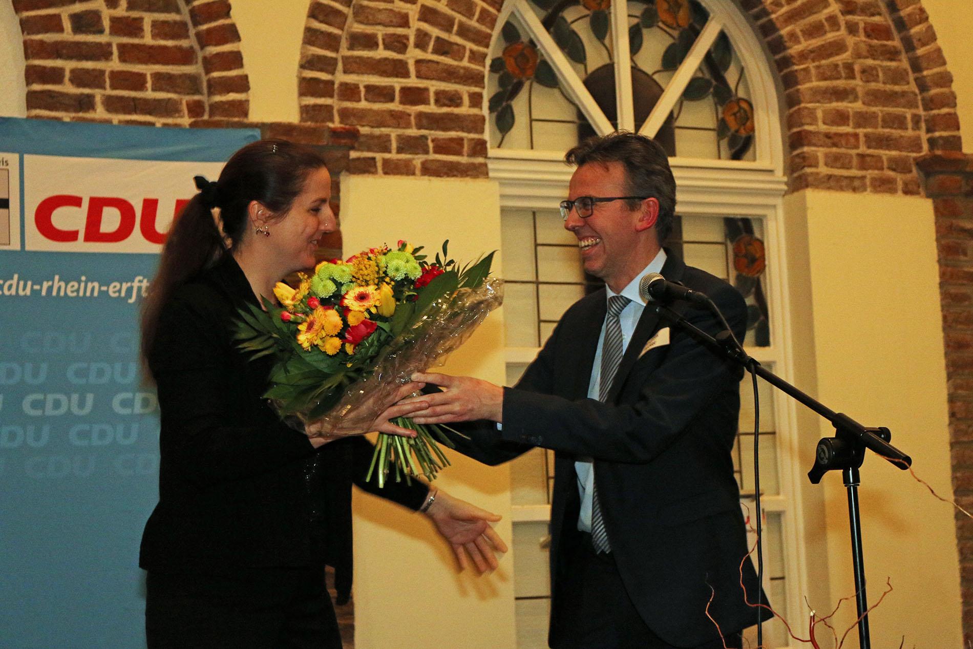 Andreas Becker, Vorsitzender des CDU Stadtverbands Bedburg, bedankte sich bei Bosenius mit einem Blumenstrauß für die musikalischen Darbietungen ihrer Jungs.