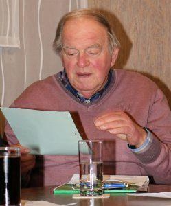 Ältestenrat Hans-Dieter Plum koordinierte als Wahlleiter die Wahl des Vorstands.