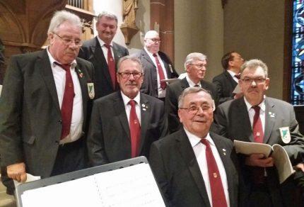 """Die feierliche Jubiläumsmesse zu """"20 Jahre EINE-WELT-KIOSK"""" gestaltete der MGV Quartettverein musikalisch in der Pfarrkirche St. Lambertus, Bedburg (Fotos: Theo van Peij)"""
