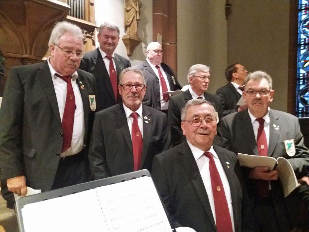 """Die feierliche Jubiläumsmesse zu """"20 Jahre EINE-WELT-KIOSK"""" gestaltete der MGV Quartettverein musikalisch in der Pfarrkirche St. Lambertus, Bedburg: Nicht nur die hier zu sehenden Bässe hatten viel Spaß dabei! (Fotos: Theo van Peij)"""
