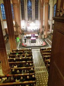 Blick von der Orgel in St. Lambertus Bedburg, wo sich die Königshovener Sänger formiert hatten.