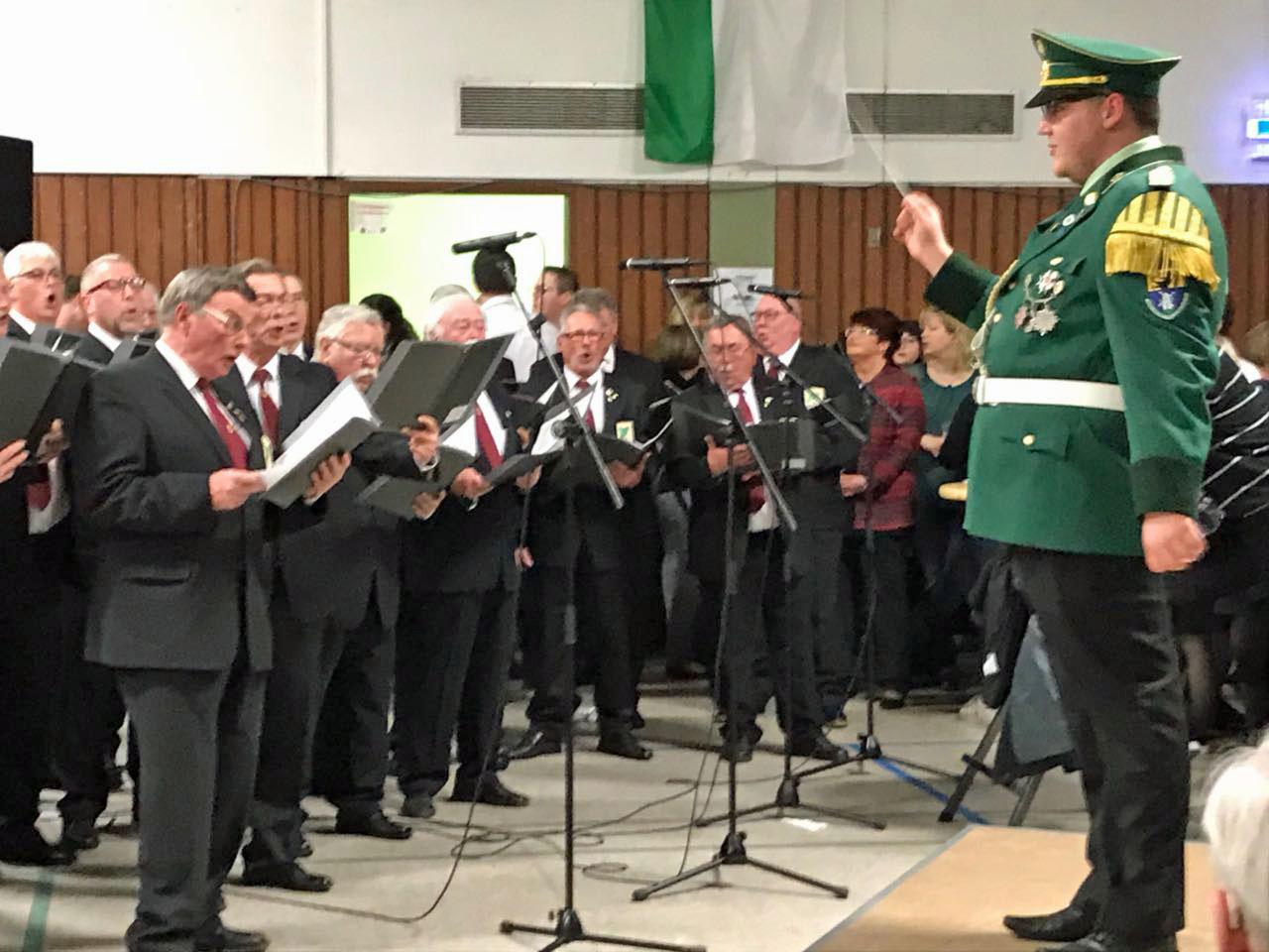 Unter der musikalischen Gesamtleitung von Marcel Vosen (rechts) unterstütze der Quartettverein gesanglich bei einigen Märschen in der Königshovener Bürgerhalle.
