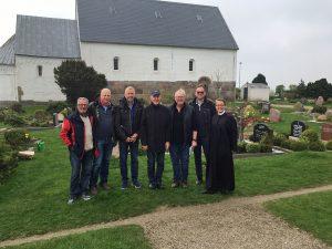 Nach einem schönen Gottesdienst in St. Martin (Morsum) haben die Jungs gemeinsam mit der Pfarrerin die Örtlichkeiten für den Auftritt abgestimmt.