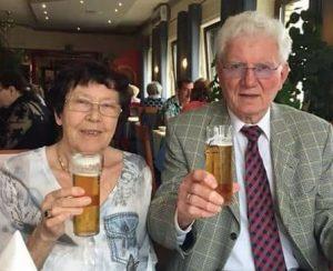 Hans und Elly Bläser haben bei den gemeinsamen Feierlichkeiten im Kreise der Familie auf ihre Diamantene Hochzeit angestoßen. (Fotos: privat / Facebook)
