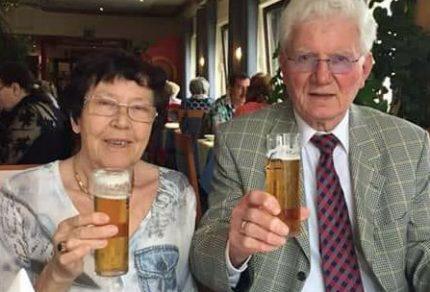 Hans und Elly Bläser haben bei den gemeinsamen Feierlichkeiten im Kreise der Familie auf ihre Diamantene Hochzeit angestoßen. (Fotos: privat)