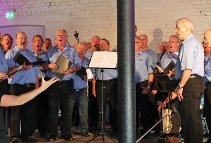 Viel Spaß beim Singen hatte der MGV Quartettverein 1930 Königshoven e. V. mit Chorleiterin Daniela Bosenius im voll besetzten Eventraum. (Fotos: Bastian Schlößer)