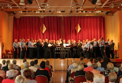 Unter dem Dirigat von Daniela Bosenius hatten nicht nur die Sänger viel Spaß beim Singen im Gemeinschaftschor bestehend aus dem MGV Elsdorf und MGV Königshoven. (Fotos: Bastian Schlößer)
