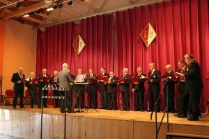 Die Sänger des MGV Elsdorf mit Chorleiter Marcin Machnik freuten sich vor vollem Haus singen zu dürfen.