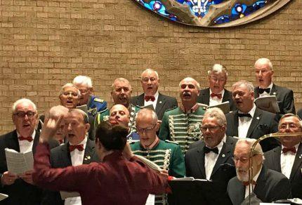 In der voll besetzten Kirche St. Peter zu Königshoven sorgte der MGV Quartettverein mit seiner Chorleiterin Daniela Bosenius für einen besonders festlichen musikalischen Rahmen. (Fotos: Andreas Becker / Facebook)