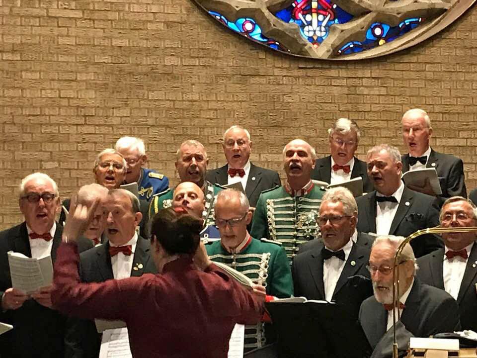 In der voll besetzten Kirche St. Peter zu Königshoven sorgte der MGV Quartettverein mit seiner Chorleiterin Daniela Bosenius für einen besonders festlichen musikalischen Rahmen der Krönungsmesse. (Fotos: Andreas Becker / Facebook)