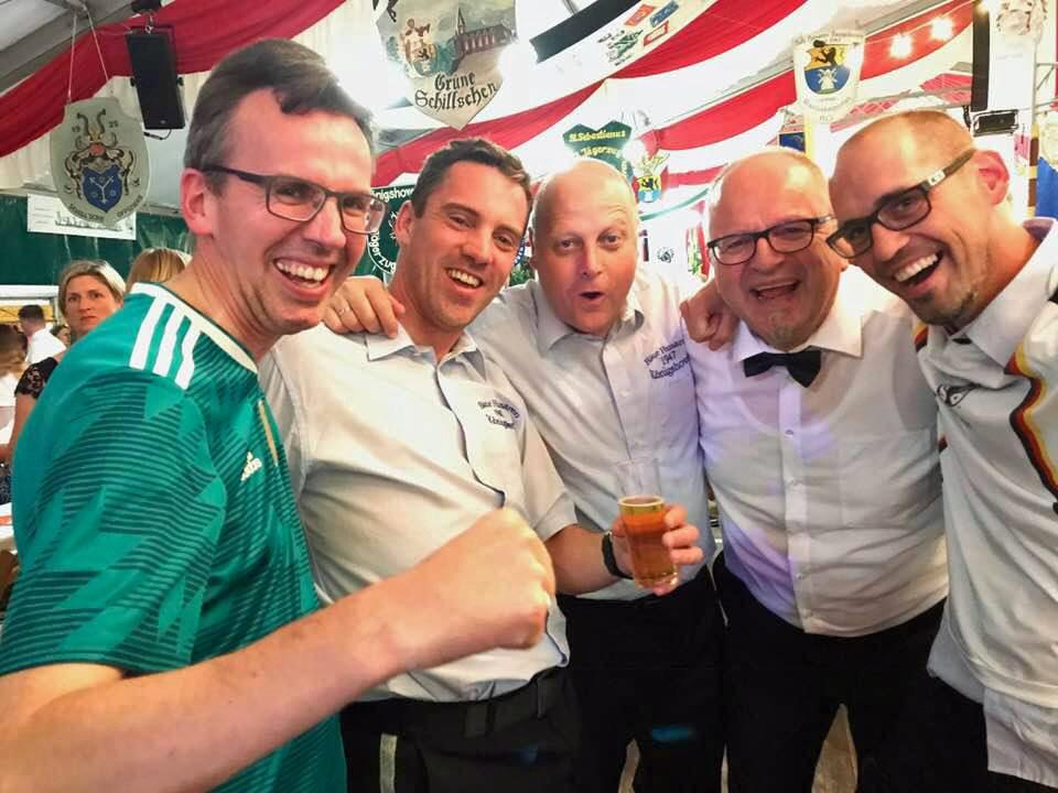 Beste Stimmung im Königshovener Festzelt: Auch Quartettverein-Vorsitzender Manfred Speuser (Mitte) freute sich über den kroosartigen Sieg gegen Schweden bei der WM.