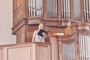 """Solistin Daniela Bosenius sorgte mit """"You raise me up"""" für einen emotionalen Höhepunkt während der Trauung."""