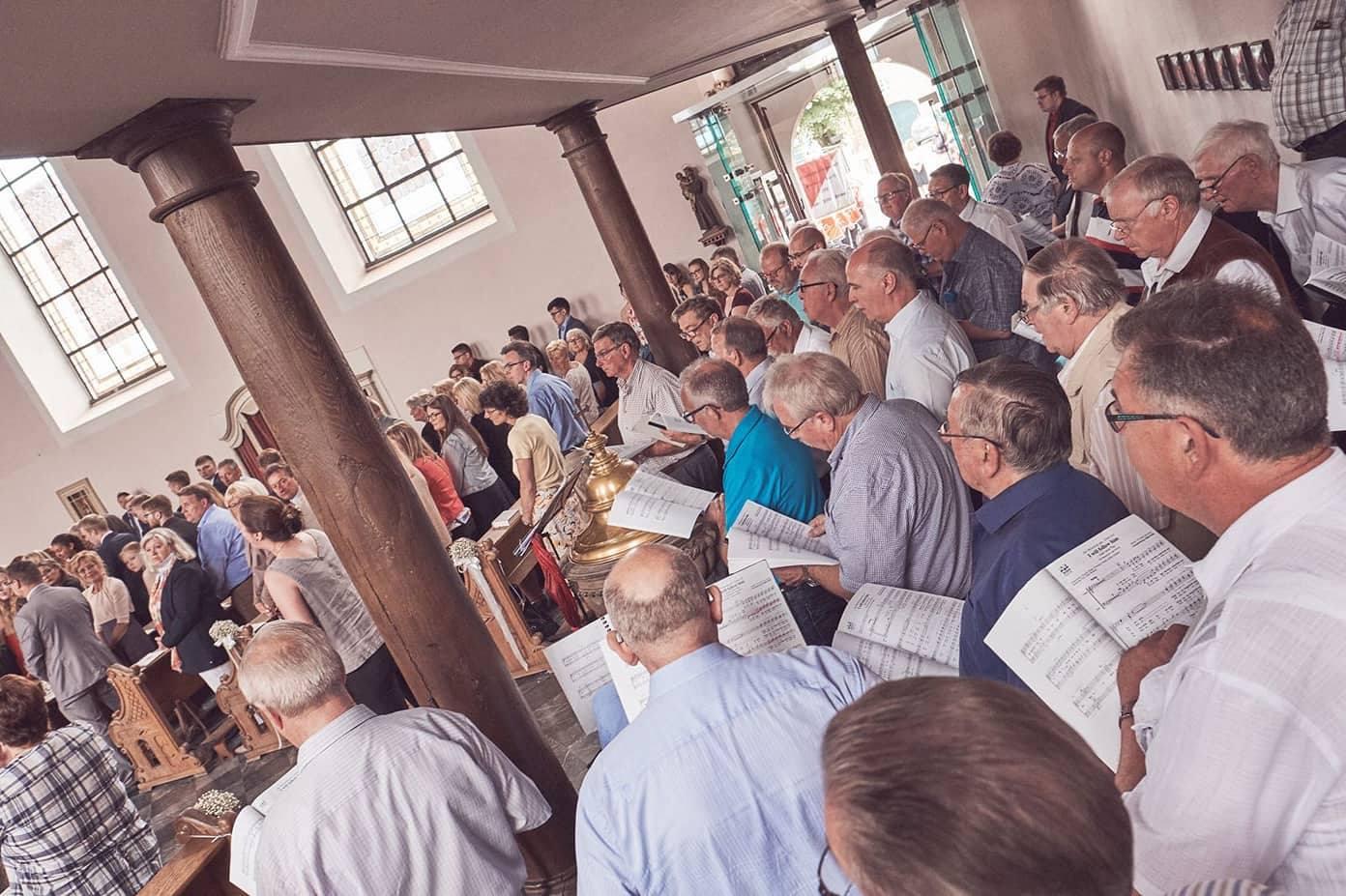 In der voll besetzten St. Georg Kirche zu Alt-Kaster sorgte der Königshovener Quartettverein gemeinsam mit Chorleiterin und Solistin Daniela Bosenius mit den musikalischen Beiträgen für einen besonders festlichen Rahmen. (Fotos: privat)