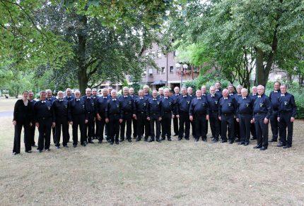 Im neuen Outfit – mit schwarzen Hemden und weißer Fliege – verabschiedet sich der MGV Quartettverein 1930 Königshoven e. V. samt Chorleiterin Daniela Bosenius in den wohlverdienten Sommerurlaub. (Foto: Bastian Schlößer)
