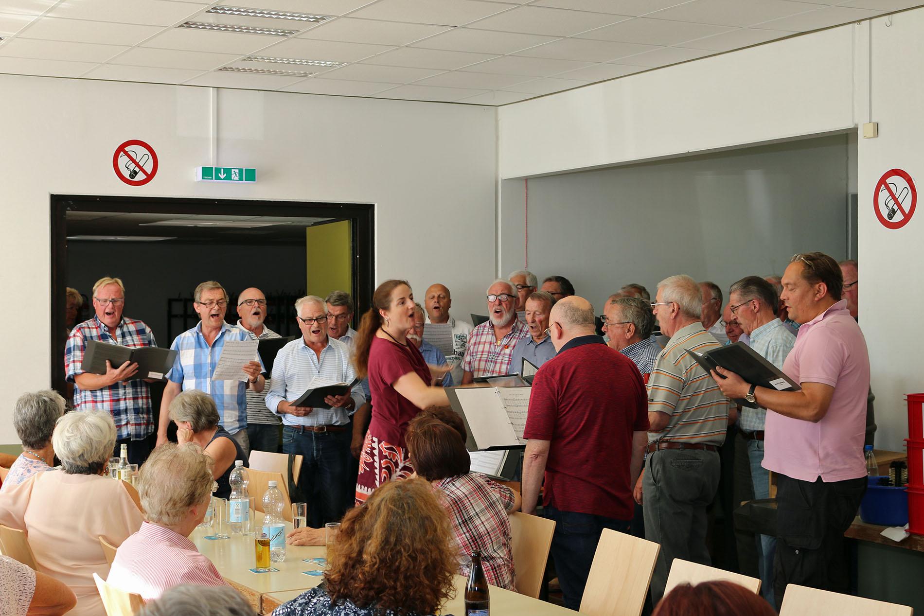 Spontan präsentierten die Sänger unter dem Dirigat von Chorleiterin Daniela Bosenius exklusiv ein erst am Vormittag erlentes Lied. (Fotos: Bastian & Willi Schlößer)