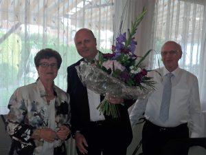 Quartettverein-Vorsitzender Manfred Speuser (Mitte) überreichte dem Jubelpaar ein Blumengebinde verbunden mit den besten Wünschen für die Zukunft.