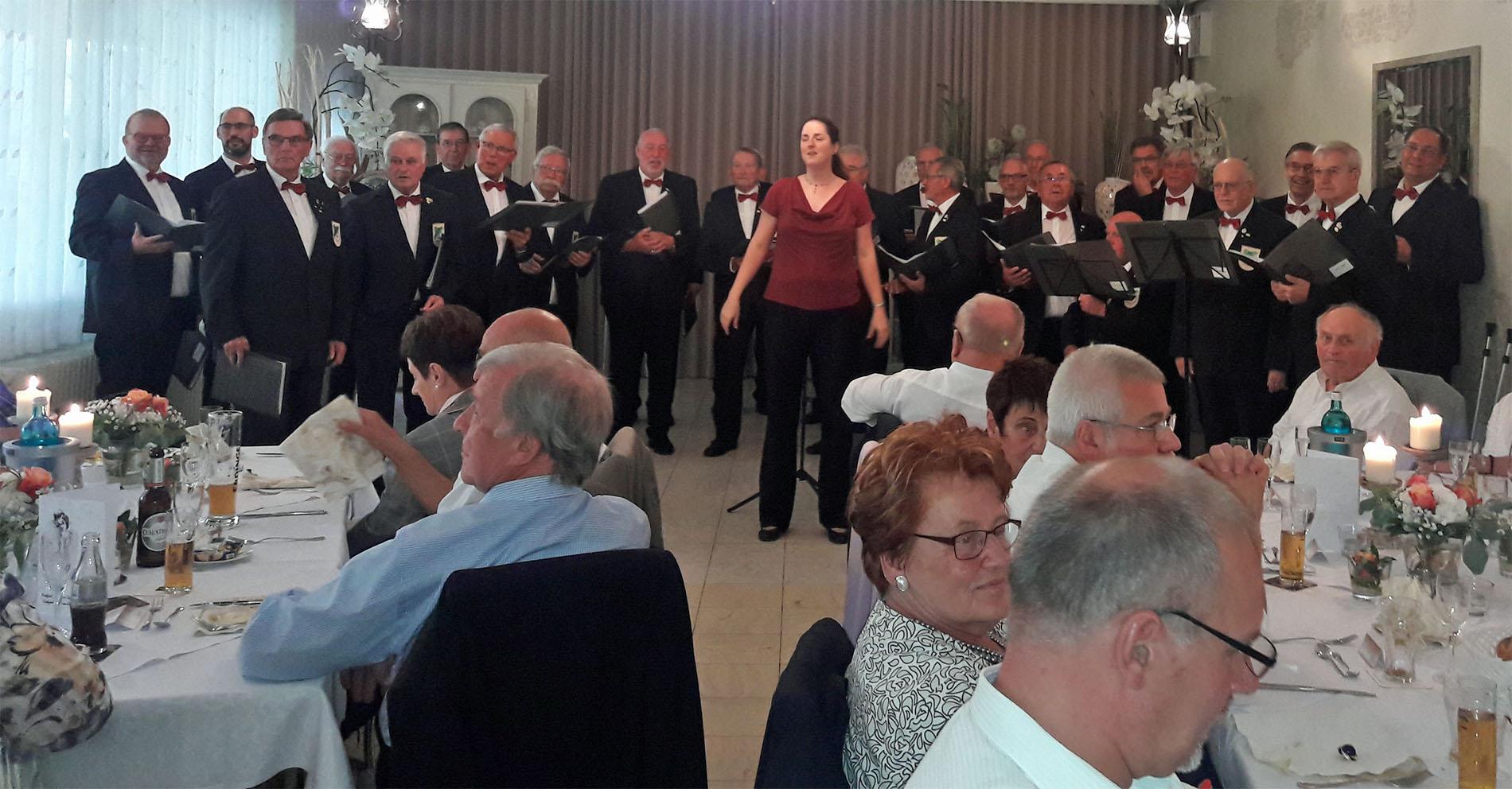 Musikalisch schwungvoll gratulierte der MGV Quartettverein 1930 Königshoven e. V. mit Chorleiterin Daniela Bosenius als Überraschung zur Diamanthochzeit. (Fotos: Azubi Hans)