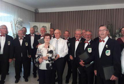 Sichtlich gerührt und erfreut waren die Gastegeber über den Überraschungsbesuch des Königshovener MGV - Überraschung gelungen!