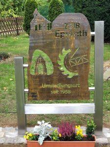 """Die Ehrentafel zu """"60 Jahre Umsiedlung Epprath"""" von Metallkünstler Willibert Düster wurde zu diesem Termin eingeweiht."""