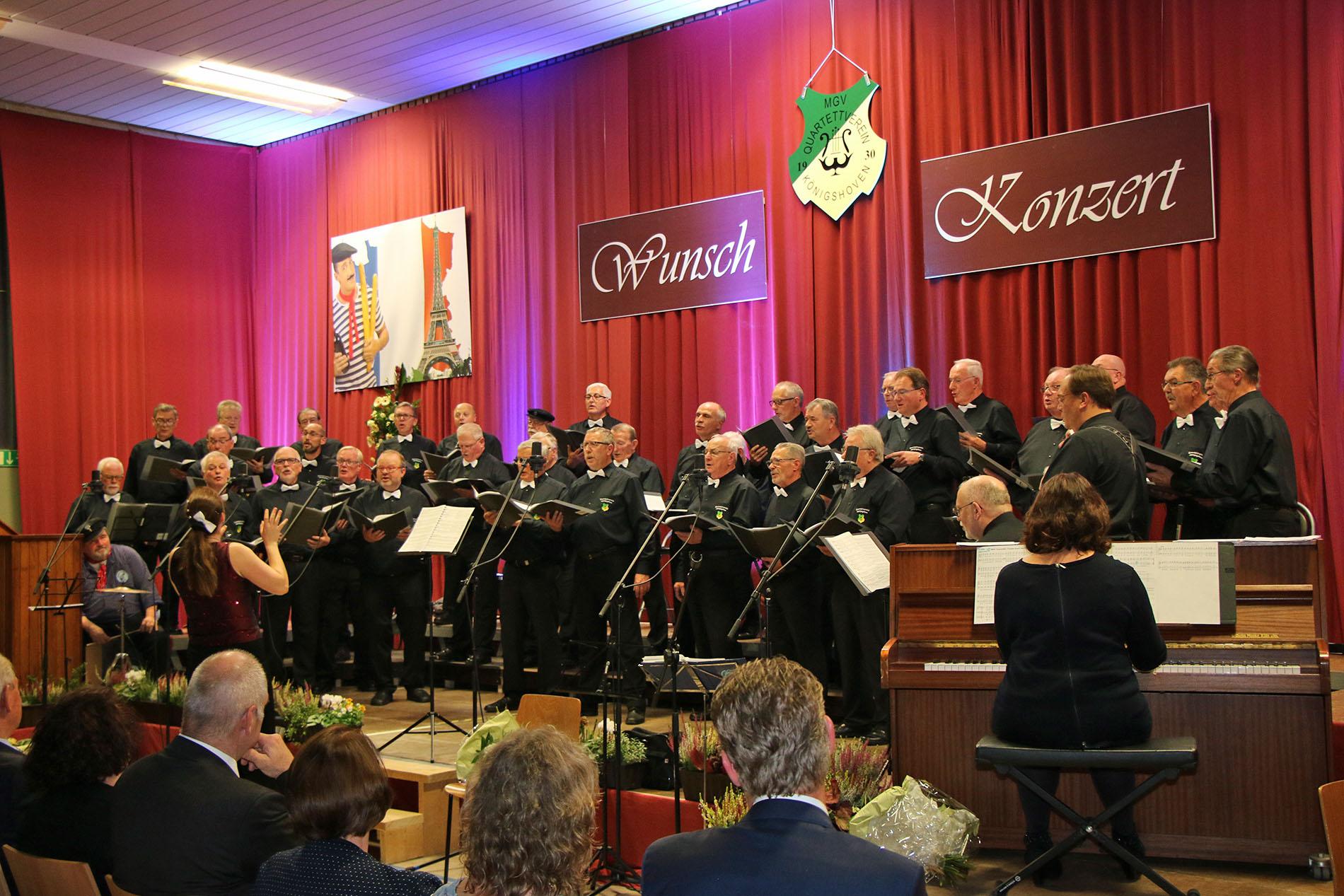 Sichtlich viel Spaß hatte der MGV Quartettverein 1930 Königshoven e. V. mit Chorleiterin Daniela Bosenius bei der diesjährigen Herbstgala in der Bürgerhalle. (Fotos: Bastian Schlößer)