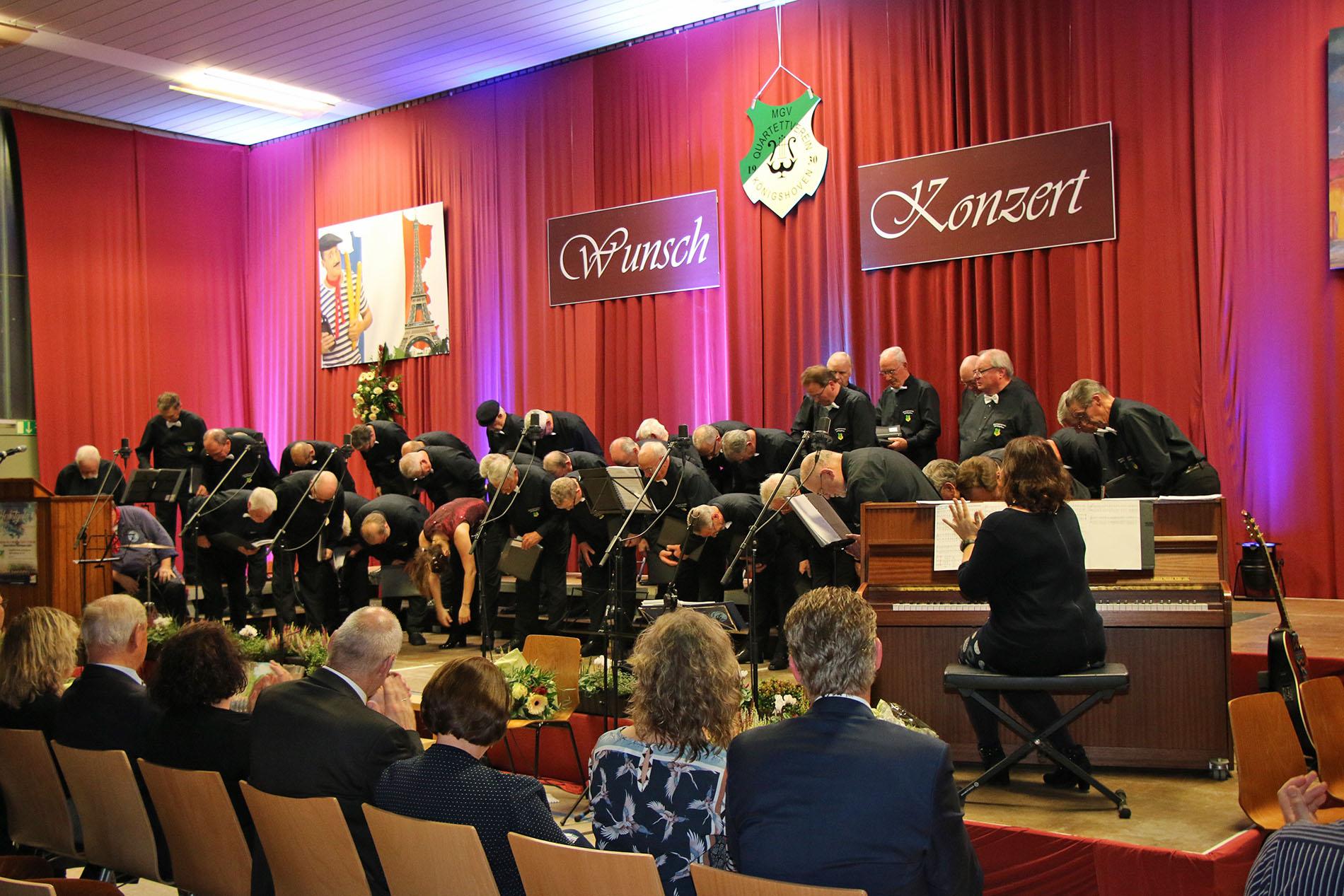 Der Chor samt Chorleiterin verneigten sich vor einem großartigen Publikum in der Königshovener Bürgerhalle.