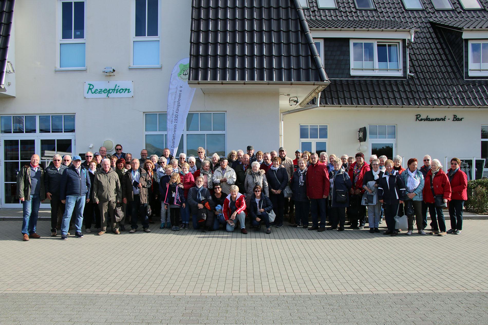 Die Reisegruppe vor dem Dorfhotel Sylt bestehend aus aktiven Quartettverein Sängern, Partnern, Fördermitgliedern, Fans und Groupies hatte viel Spaß auf der Insel Sylt. (Fotos: Bastian Schlößer)