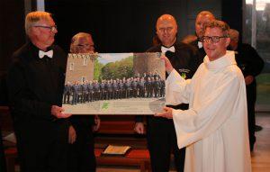 Pastor Noel-Hendrik Klentze (rechts) freute sich über das Chorfoto des Quartettverein in Form einer Leinwand mit Widmung für die Kirchengemeinde St. Christophorus.
