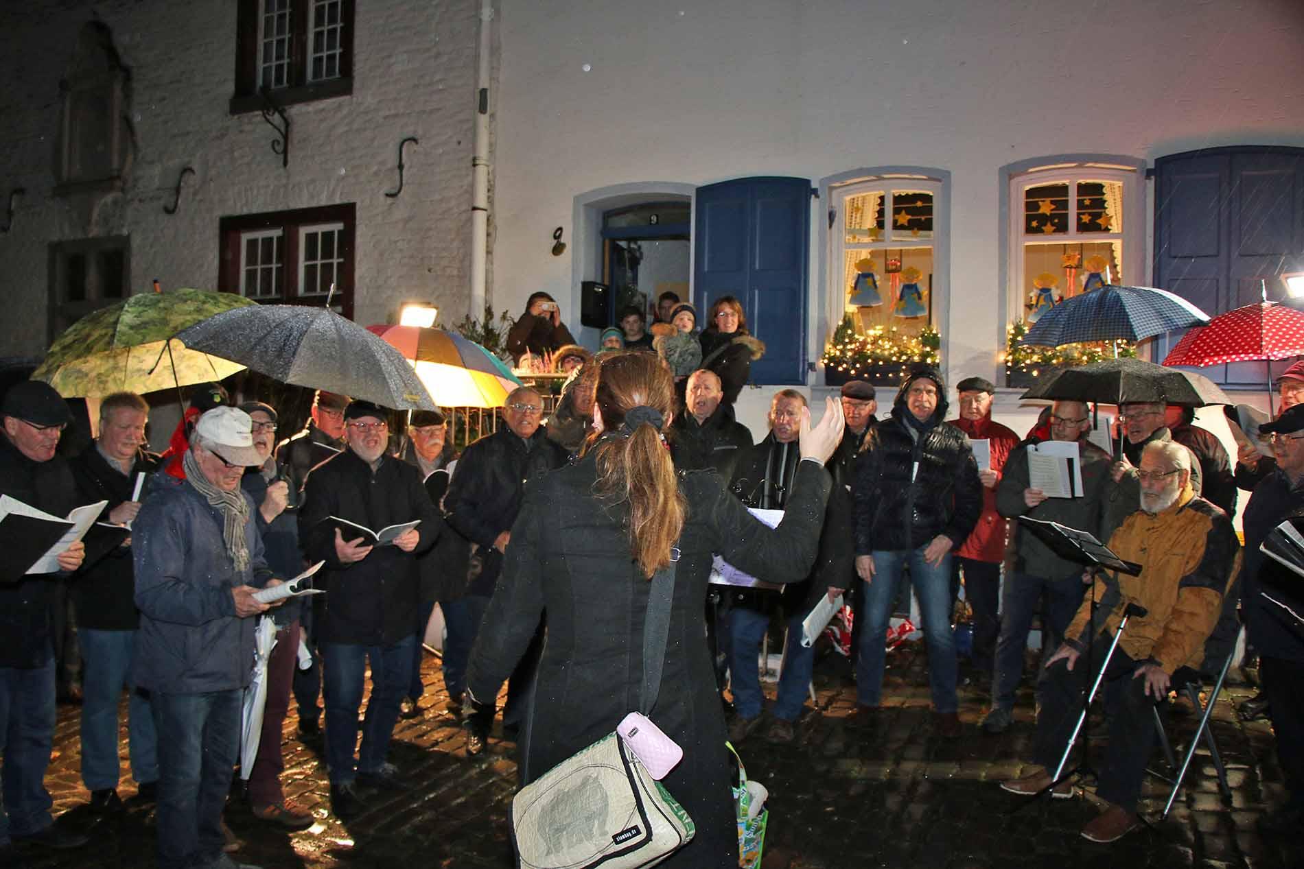 Beim diesjährigen Adventstürchen öffnen und vorweihnachtlichem Mitsingkonzert hatte der MGV Quartettverein samt Chorleiterin Daniela Bosenius mit Regen und Sturm zu kämpfen. (Fotos: Bastian Schlößer)