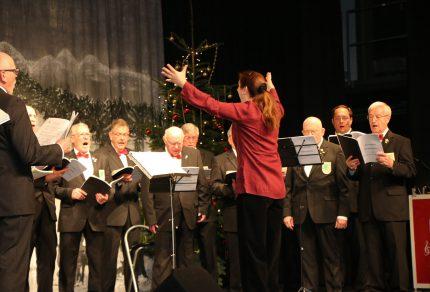 """Gewohnt viel Spaß hatte Chorleiterin Daniela Bosenius mit """"ihren Jungs"""" bei den musikalischen Darbietungen während der Weihnachtsfeier von """"Haus & Grund Kerpen"""" in der Erfthalle. (Fotos: Bastian Schlößer)"""