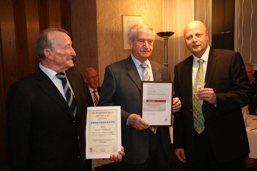 """140 Jahre Chorgeschichte: MGV-Vorsitzender Manfred Speuser (rechts) zeichnete Christian Hochhausen und Fritz Schiffer für jeweils 70 Jahre """"Singen im Chor"""" aus."""