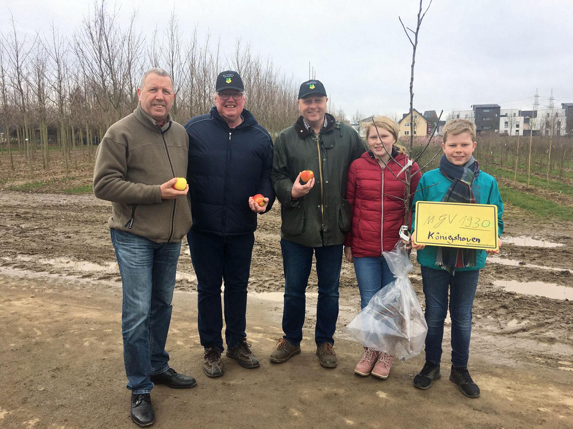 """Als Gewinner für die Stadt Bedburg holt der Königshovener MGV seinen WDR-Apfelbaum """"Kaiser Wilhelm"""" nach Königshoven und freut sich schon auf das gemeinsame Apfelbaum-Pflanzevent."""
