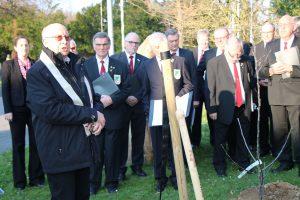 Pfarrer i. R. Günter Tepe spendete seinen Segen für den wohl prominentesten Apfelbaum im Stadtbezirk.