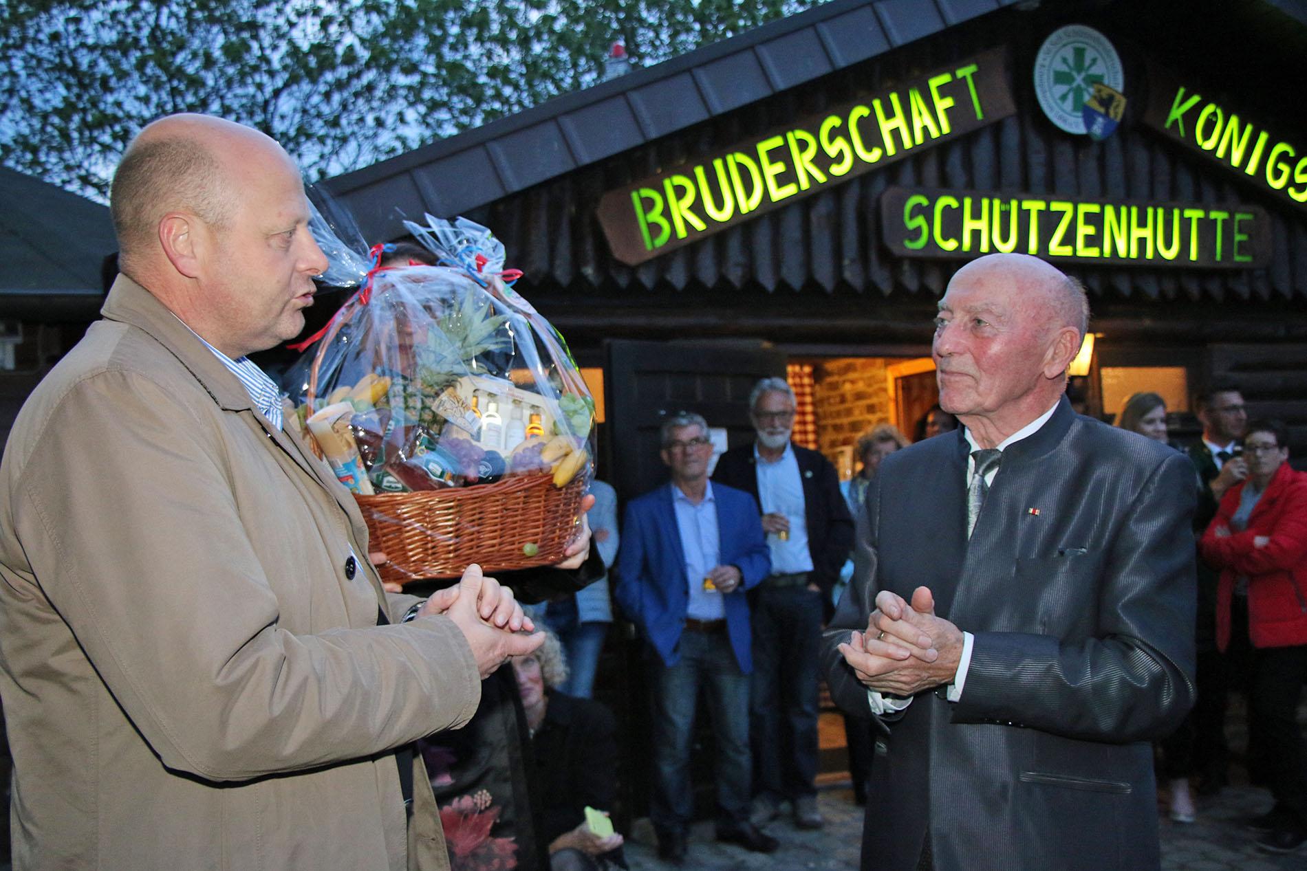 Mit den besten Wünschen zum 80. Geburtstag sowie einem Präsentkorb gratulierte MGV-Vorsitzender Manfred Speuser dem Jubilar Willy Moll im Namen des MGV Quartettverein Königshoven. (Fotos: Bastian Schlößer)