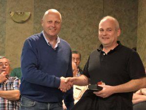 Während der Chorprobe am 17. Mai 2019 überreichte MGV-Vorsitzender Manfred Speuser (links) die Insignien des Quartettverein (Fliege und Krawatte, sowie MGV-Emblem) an Bernd Bremer.