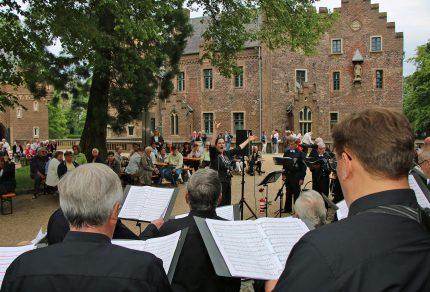 """Mit der Zugabe """"Lebe, Liebe, Lache!"""" verabschiedete sich der Königshovener Quartettverein bei seinem Publikum bis zum nächsten Jahr."""