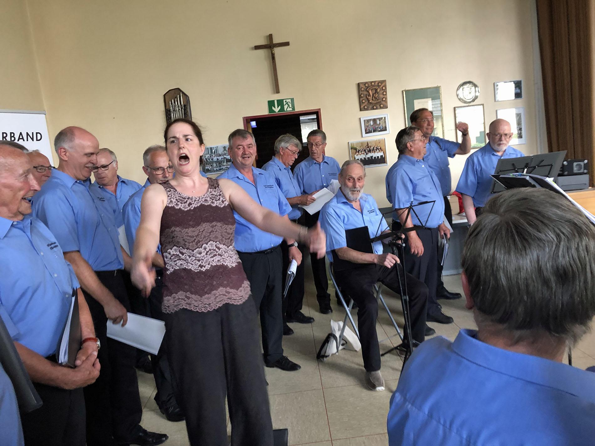 Trotz schweißtreibender Temperaturen sprang der Funke über und nicht nur Chorleiterin Daniela Bosenius mit Chor hatten viel Spaß.
