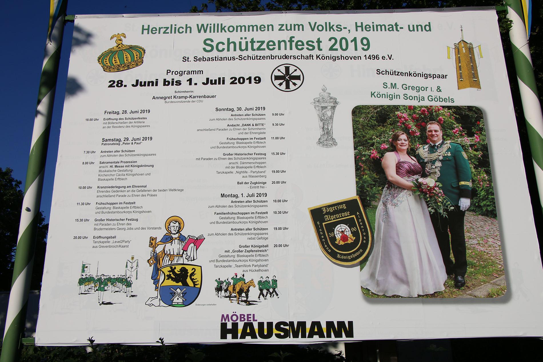 Die Werbetafel der St. Sebastianus-Schützenbruderschaft Königshoven 1946 e. V. kündigt es schon an: Das Schützenkönigspaar S. M. Gergor I. & Königin Sonja Göbels führen in diesem Jahr die Feierlichkeiten zum Schützenfest an. (Foto: Bastian Schlößer)