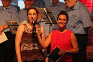 Gut gelaunt freuten sich Chorleiterin Daniela Bosenius (links) und Moderatorin Kati Ulrich auf die gemeinsame Eröffnung des Abends.