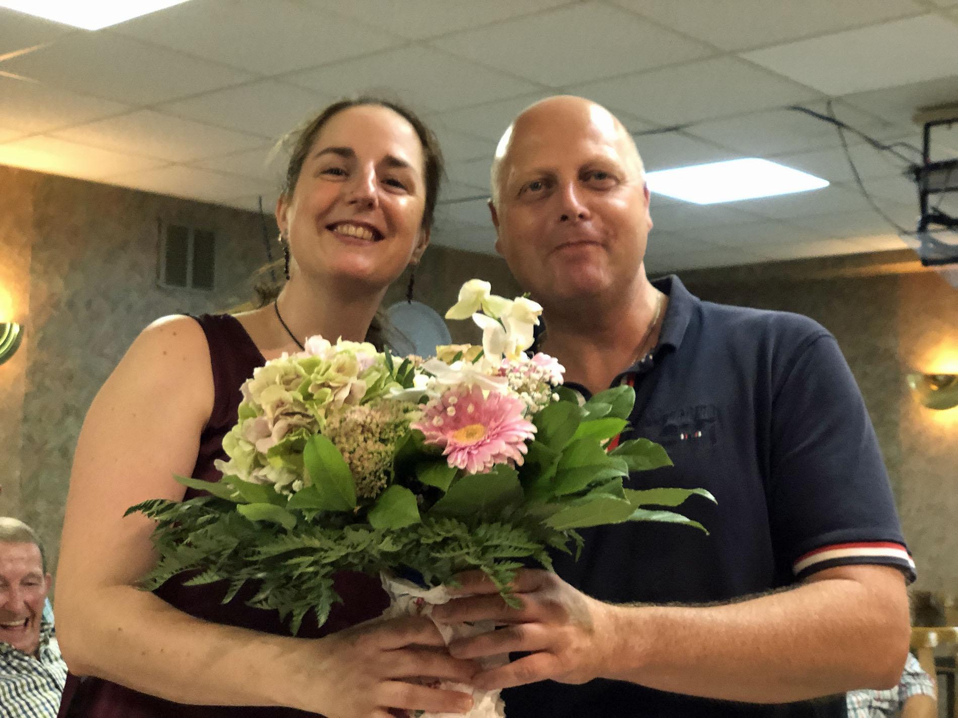 Bei der letzten Chorprobe am Freitagabend, 30. August 2019, überreichte MGV-Vorsitzender einen Blumenstrauß an Chorleiterin Daniela Bosenius, die einen Tag zuvor ihren Geburtstag feierte. Sichtlich viel Spaß hatten dabei auch alle ihre Sänger... (Fotos: Willi Schlößer)