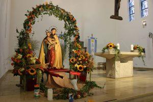 Festlich geschmückt erstrahlte die Pfarrkirche St. Mariä Geburt mit der Marienfigur.