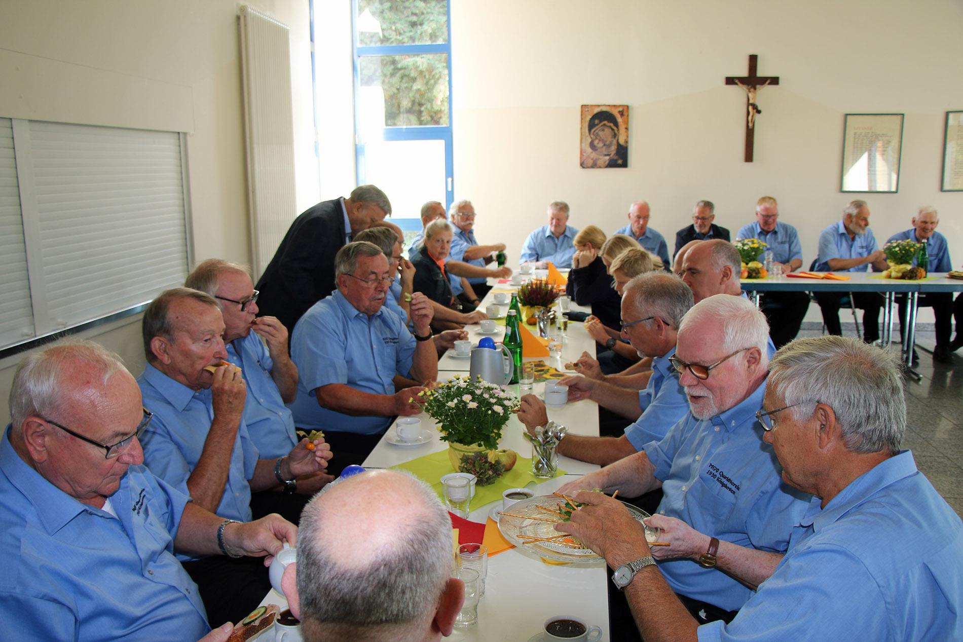 Im Anschluss wurden die Sänger und Chorleiterin im angrenzenden Pfarrheim herzlich empfangen.