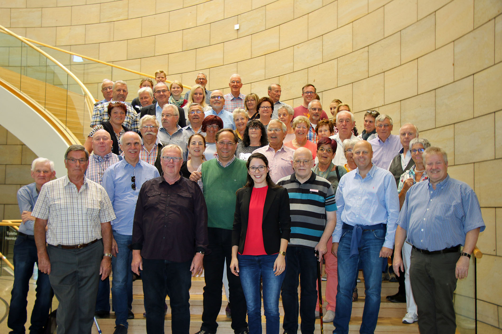 """Die """"Quartettverein-Familie"""" besuchte ihre diesjährige Schirmherrin Romina Plonsker MdL (Bildmitte) im Düsseldorfer Landtag und verbrachte einen sehr schönen gemeinsamen Tag. (Fotos: Bastian Schlößer)"""