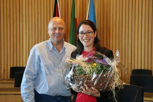MGV-Vorsitzender Manfred Speuser bedankte sich bei Romina Plonsker MdL mit einem Blumengeschenk für die Einladung nach Düsseldorf, die allen sehr viel Spaß bereitet hat.