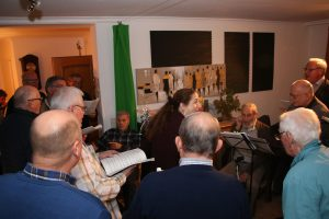 In seinem Wohnzimmer erfreute sich Christian Bach (Mitte) an den Liedbeiträgen des MGV Quartettverein.