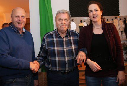 (v.l.n.r.) MGV-Vorsitzender Manfred Speuser, Jubilar Christian Bach und Chorleiterin Daniela Bosenius freuten sich gemeinsam über die gelungene Überraschung: Ein exklusives Wohnzimmerkonzert zum 80. Geburtstag! (Fotos: Bastian Schlößer)