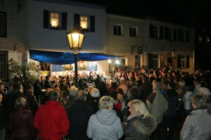 Bei weihnachtlichen Liedbeiträgen sind alle Besucher zum Mitsingen eingeladen.