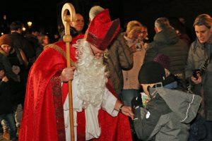 Neben weihnachtlicher Musik wartet mit Glühwein, Kinderpunsch, Gebäck und dem Besuch des Nikolaus ein tolles Ambiente auf alle Besucher.